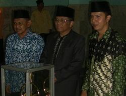 Jambi Mayor (center) at the MTQ closing ceremony on Dec. 1, 2012